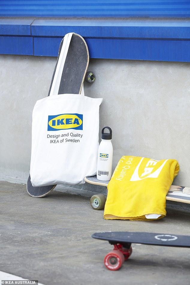 Questa linea di accessori include $ 6 di bottiglie d'acqua, $ 22,50 per asciugamani, borse di stoffa $ 10 e portachiavi $ 4