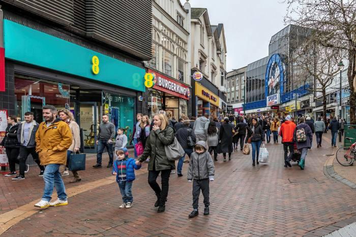 Acquirenti nel centro di Bournemouth nel 2018
