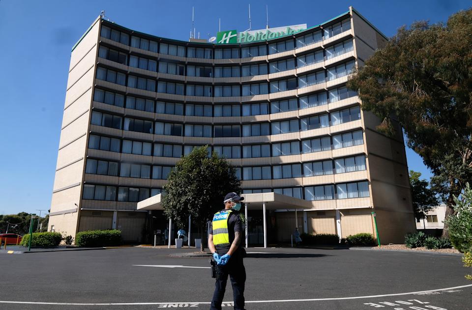 Un ospite di un hotel in quarantena in un hotel Holiday Inn vicino all'aeroporto viene trasferito in una nuova posizione a Melbourne.  Fonte: AAP