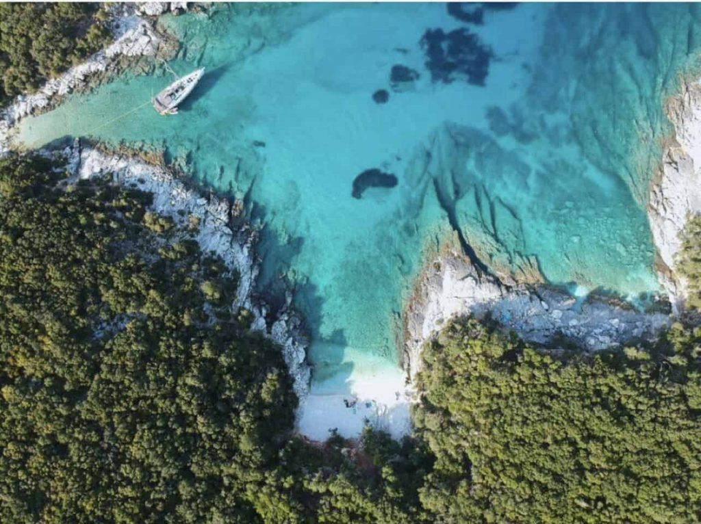 Camelia e Davenoudi a Cefalonia sono in cima alla lista delle dieci migliori spiagge appartate d'Europa
