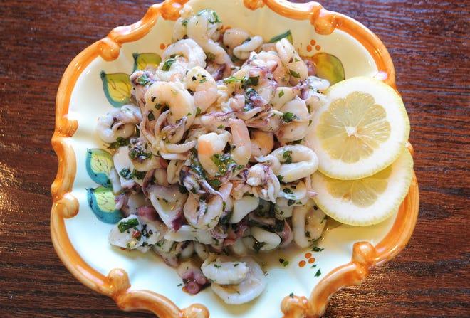 I piatti freschi e gourmet, tra cui l'insalata di gamberi, sono venduti a peso da Cibo.
