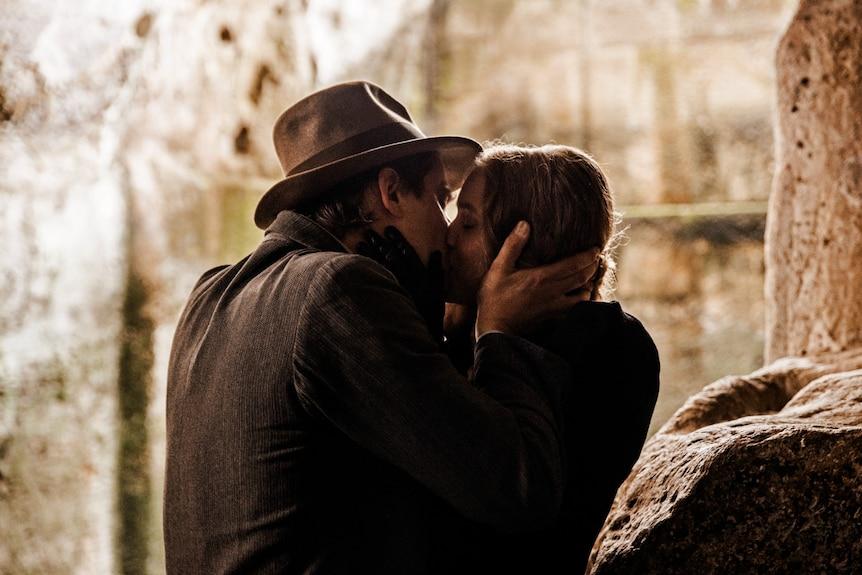 Luca Marnelli e Jessica Cressi condividono un bacio appassionato in Martin Eden