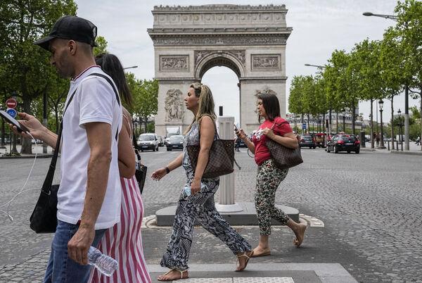 Giovedì la gente attraversa gli Champs Elysees a Parigi.  Mercoledì, la Francia ha allentato diverse restrizioni Covid.  File immagine: AP Photo / Michel Euler