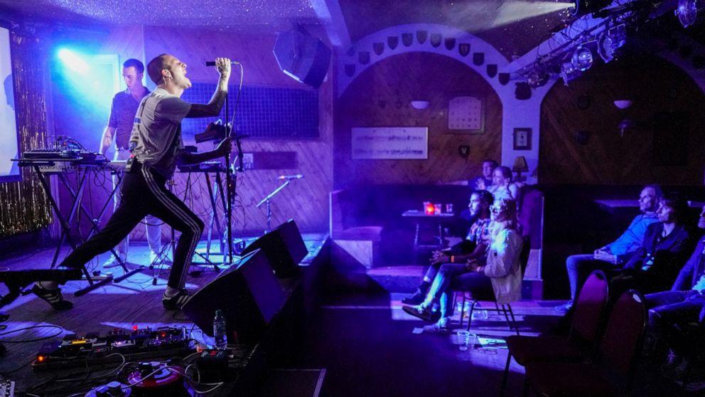 AP PHOTOS: Il ritorno della musica dal vivo a Londra ispira gli artisti
