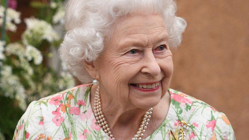 La regina brilla e tutti sembrano imbarazzati
