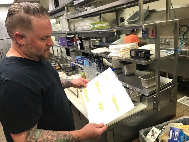 Lo chef Jonathan Creel cerca il menu iniziale per Cafe Pompeii di Patrono, che presto si troverà in uno spazio vuoto del caffè all'Oklahoma City Museum of Art.