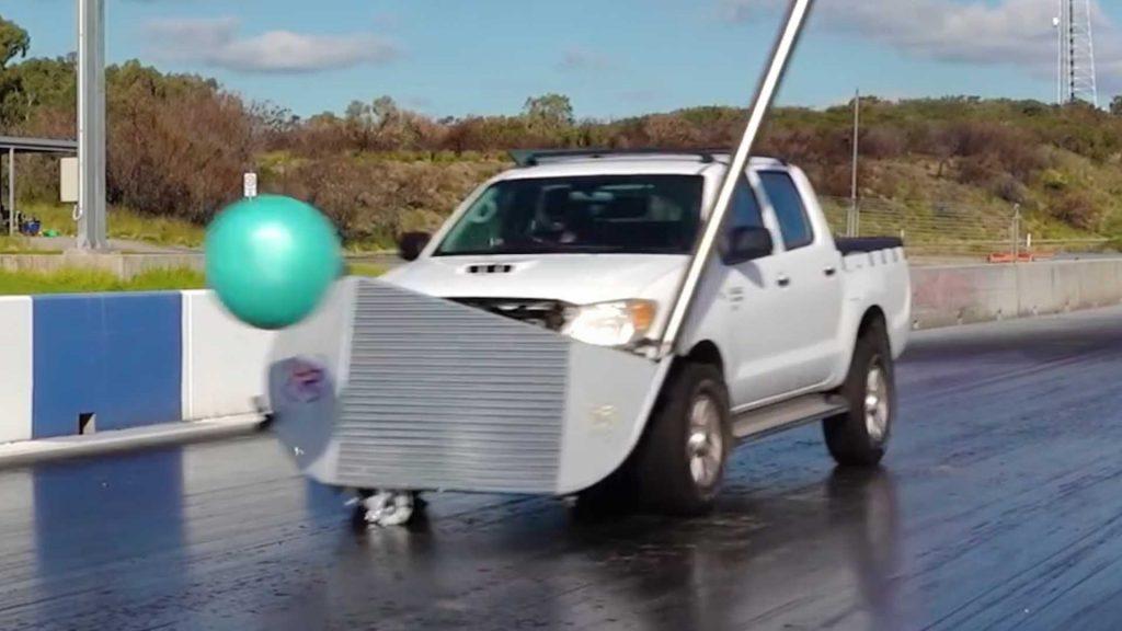 Toyota Hilux convertita in un'auto da golf club per un divertimento ridicolo