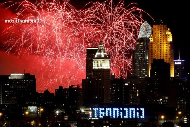 Fuochi d'artificio Riverfest sul centro di Cincinnati fotografati da Olden View Park nel distretto di Incline domenica 1 settembre 2019.