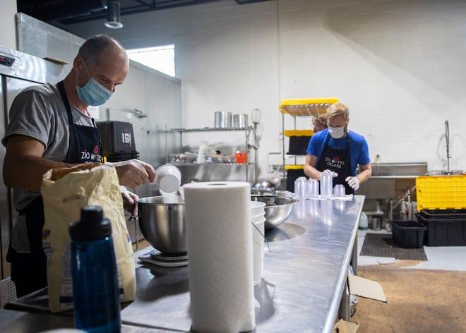 I proprietari di Zio Matto Gelato Matteo Servente e Ryan Watt preparano il gelato nella cucina commerciale di Memphis Tilth giovedì 24 giugno 2021.