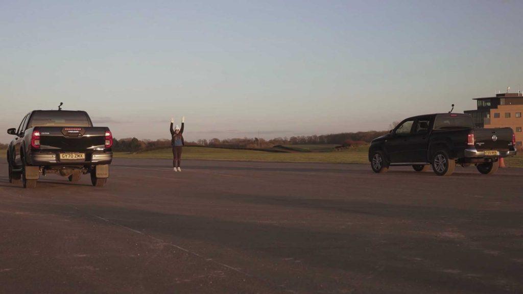 Toyota Hilux duella VW Amarok in una gara di carro attrezzi inaspettata