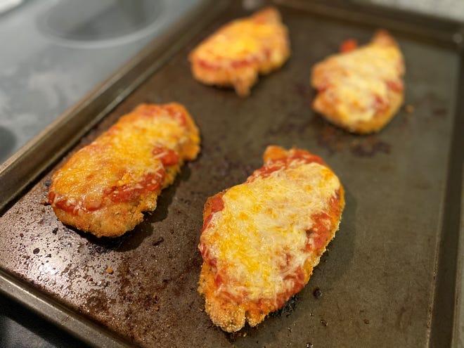 Usa un po 'di salsa di pomodoro con pollo al parmigiano grigliato.