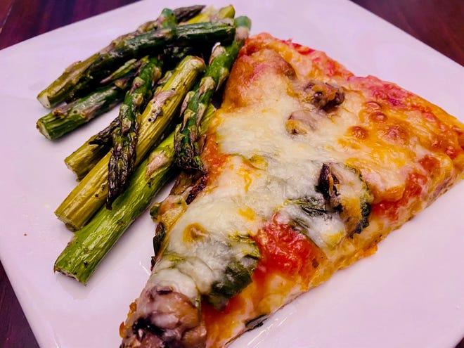 Utilizzare la salsa per la pizza durante la notte, servita con asparagi arrostiti.