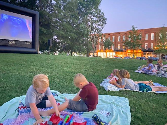 Free Popcorn e Toy Story 4 saranno presentati in anteprima il 23 luglio al tramonto, quando una compagnia chiamata FunFlicks porterà i film a Town Square at The Waters.  I residenti di Pike Street possono anche godersi i suoni del Campidoglio, che apparirà alle 15:00 del 25 luglio presso la chiesa di St. James.