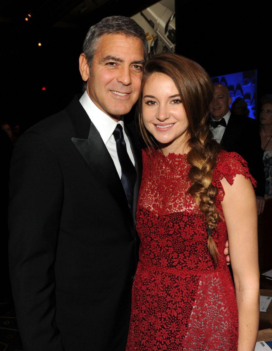 George Clooney e Shailene Woodley sorridono per una foto al cocktail party dei Directors Guild of America Awards 2012