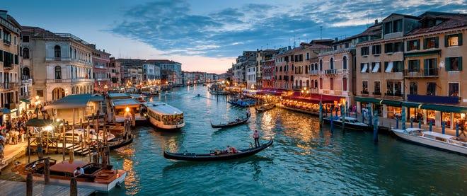 L'Italia richiederà alle persone di ottenere pass che riflettano la loro salute per accedere a palestre, musei, cinema, all'interno di ristoranti e altri luoghi per combattere la diffusione del COVID-19.