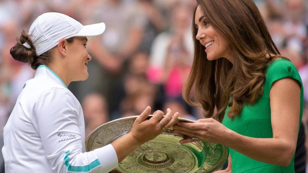 Kate Middleton consegna l'Ash Party Award nella finale di Wimbledon.
