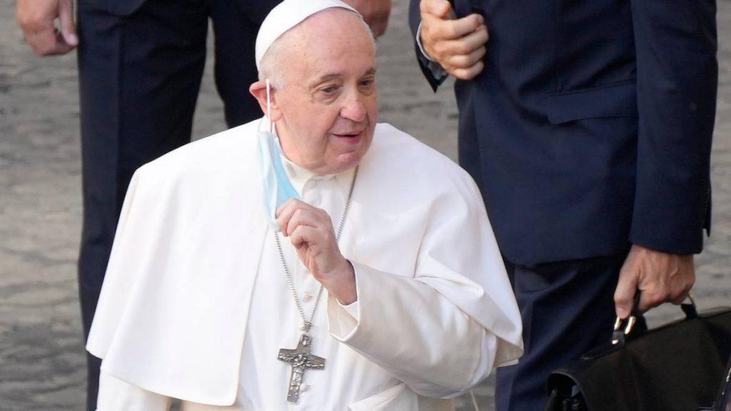Papa Francesco, 84 anni, è ricoverato in ospedale per un programmato intervento chirurgico all'intestino