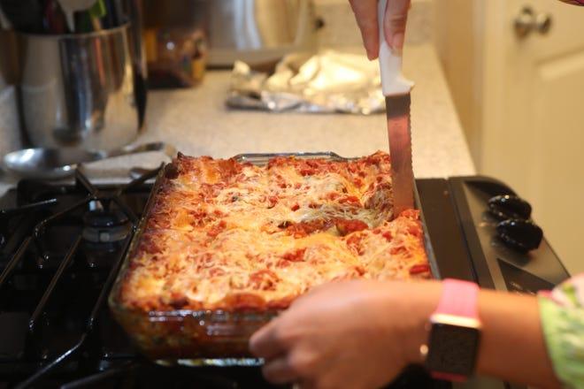 Una dieta ricca di cereali integrali, verdure e fagioli svolge un ruolo nella prevenzione del cancro.  Come parte del mese di sensibilizzazione sul cancro al seno, Anna Jones ha preparato una lasagna di verdure senza bollitura, ripiena di spinaci, peperoni rossi e pomodori.