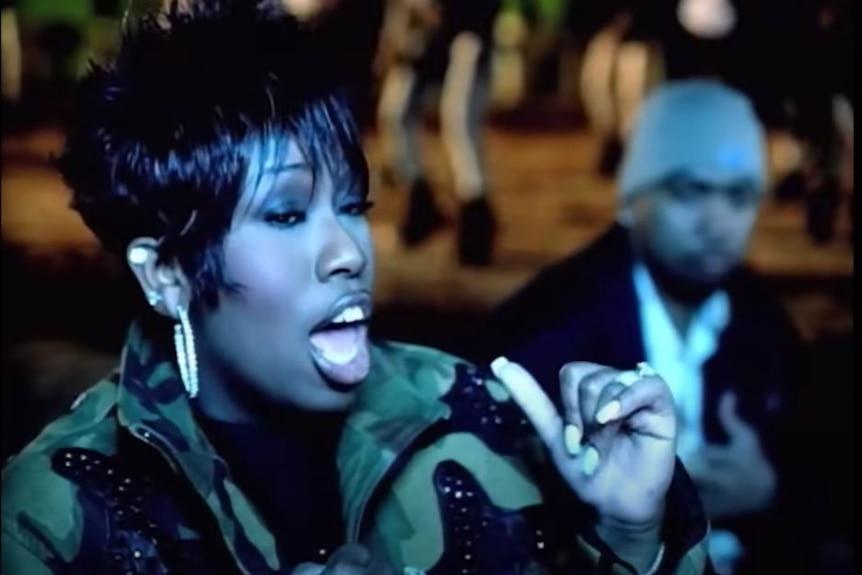 Screenshot di un uomo e una donna che si esibiscono in un video musicale