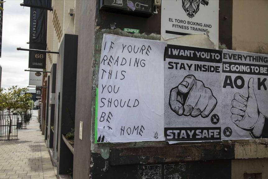 Poster su COVID-19 su un muro a Perth