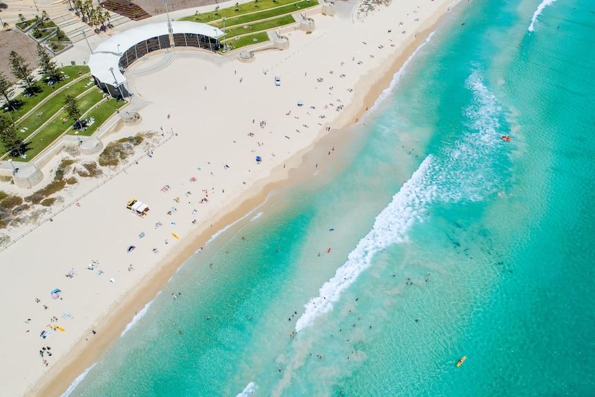 Ripresa aerea di una soleggiata giornata estiva a Scarborough Beach a Perth