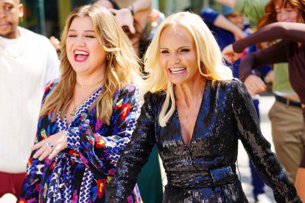 Kelly Clarkson e Kristin Chenoweth stanno girando un video musicale e altri scatti da star