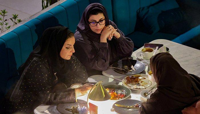 Donne saudite siedono nel ristorante di David Birx nel complesso di ristoranti The Zone a Riyadh, 25 agosto 2021 - Reuters