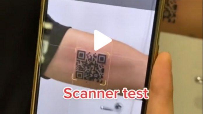 Né teschio né drago, un italiano si fa tatuare… un QR code per accedere alla sua tessera sanitaria