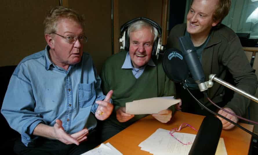 Grange Calvely, a sinistra, creatore di rabarbaro, è in studio a registrare le colonne sonore di rabarbaro e crema pasticcera con Richard Briers, al centro, e Jason Tamanagi.
