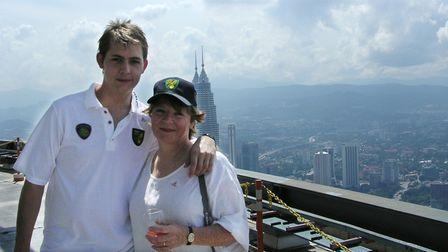 Delia Smith e suo nipote, Thomas Smith, con vista sull'edificio più alto del mondo, Petronas