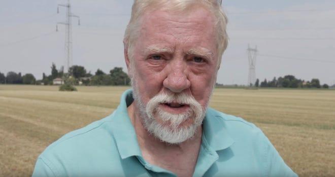 """Lo scrittore di Milwaukee Martin Hintz appare in un sito di scavi in Italia dove è continuata la ricerca dei resti di suo padre e del suo aereo da combattimento della seconda guerra mondiale. """"Alla ricerca di Lauren"""" Documenta la vita di suo padre e la ricerca della sua famiglia per il suo corpo."""