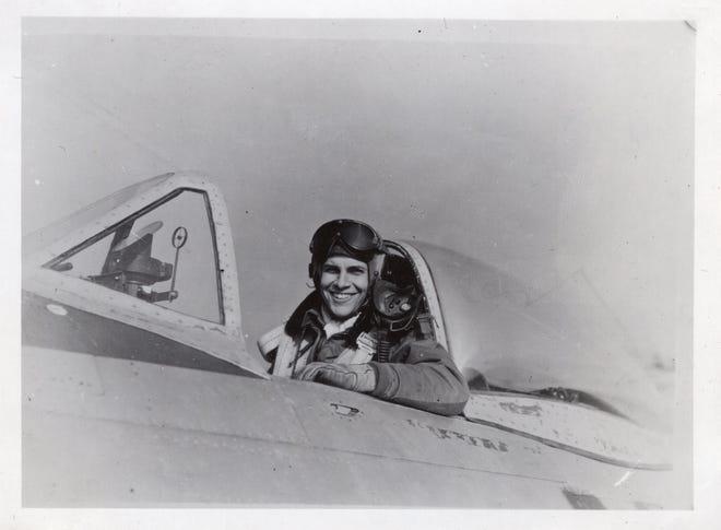 """Lorraine Hintz appare nel suo aereo da combattimento del 1945. La sua vita e la sua morte durante la seconda guerra mondiale e la ricerca da parte della sua famiglia del suo aereo e dei suoi resti sono al centro di un nuovo documentario, """"Alla ricerca di Lauren."""""""