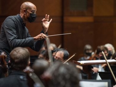 Kevin John Edossey dirige la Fort Worth Symphony Orchestra in una performance