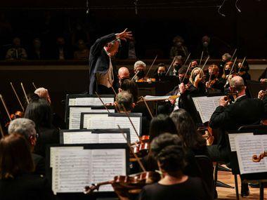 Il direttore musicale Fabio Luisi dirige la Dallas Symphony Orchestra presso l'Organ Symphony di Aaron Copeland all'inaugurazione della stagione al Merson Symphony Center di Dallas il 16 settembre 2021.