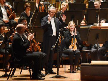 Fabio Luisi viene eseguito prima che la Dallas Symphony Orchestra si esibisca alla prima di Dallas di Aureole, di Augusta Read Thomas, in concerto il 12 settembre al Morton H. Meyerson Symphony Center.