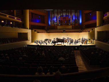 Il pianista William Wolfram si esibisce con la Dallas Symphony Orchestra al Merson Symphony Center il 19 marzo 2021 a Dallas.  La Dallas Symphony Orchestra imporrà le maschere e inizialmente limiterà la capacità del pubblico al Merson Symphony Center al 60-70% questo autunno.