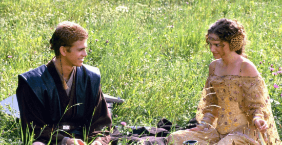 Anakin e Padme seduti in un campo
