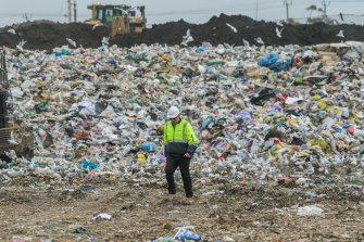 Discarica a Victoria.  La maggior parte degli imballaggi cosmetici riciclabili finisce per contribuire al nostro problema di inquinamento.