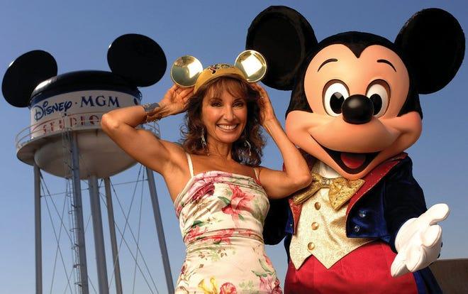 """L'attrice Susan Lucci della popolare serie ABC Daytime """"tutti i miei figli"""" Sta con Topolino per dare il via al decimo ABC Super Soap Weekend annuale ai Disney-MGM Studios nel novembre 2005."""