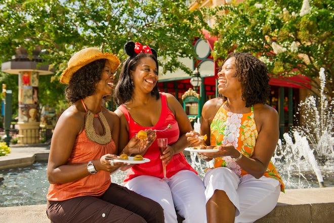 """La stravaganza gastronomica Disney in autunno, l'Epcot International Food and Wine Festival, presenta sapori da tutto il mondo, seminari gastronomici e """"Mangia al ritmo"""" Serie di concerti e una serie di eventi gastronomici a tema al Walt Disney World Resort di Lake Buena Vista."""