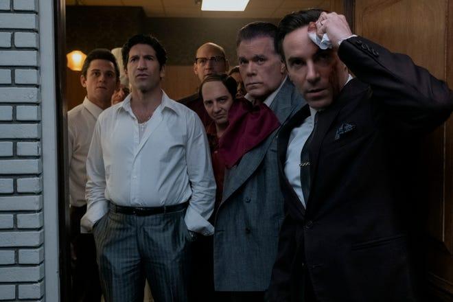 """Ray Liotta e Alessandro Nivola (estrema destra) interpretano padre e figlio """"Molti santi a Newark."""" Da sinistra: Billy Magnussen, John Berthal, Corey Stoll (posteriore al centro) e John Magaro."""