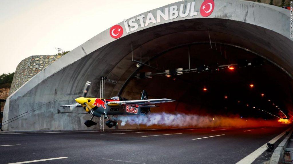 Dario Costa: Guarda l'aereo da corsa Red Bull Zivko Edge 540 volare attraverso un tunnel e allo stesso tempo stabilire un Guinness World Record