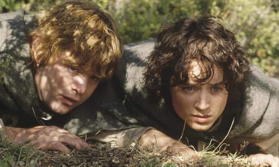 Sean Astin ed Elijah Wood come gli hobbit ne Il Signore degli Anelli: Le Due Torri.
