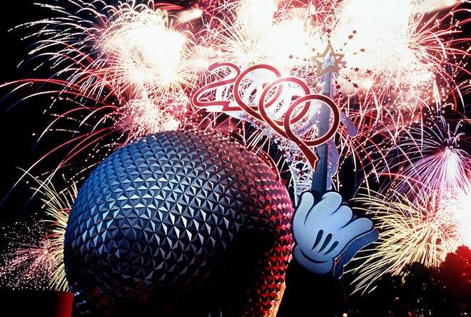 L'astronave Terra a Epcot Park a Disney World come si vede durante uno spettacolo pirotecnico nel 2000.