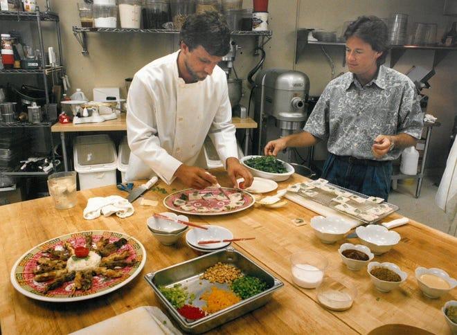 Village Bread Market (Jacksonville): questo ristorante si trova a 4460 Hendricks Ave, nel centro commerciale Miramar.  In questa foto dell'agosto 1993, lo chef Paul Hart, a sinistra, e il ristoratore Mike Stallings lavorano sui piatti da servire ai clienti.  (Shawn Sartain, Florida Times Union)